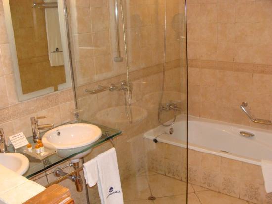 Ba o amplio con ducha y ba era fotograf a de hotel vita for Banos con ducha y banera