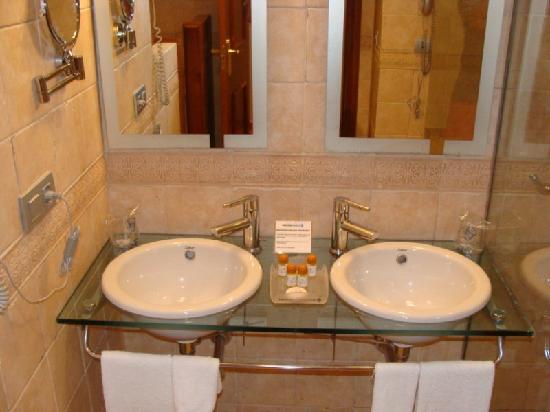 Baños Nuevos Modernos:Baño amplio con ducha y bañera: fotografía de Hotel Vita Palmera