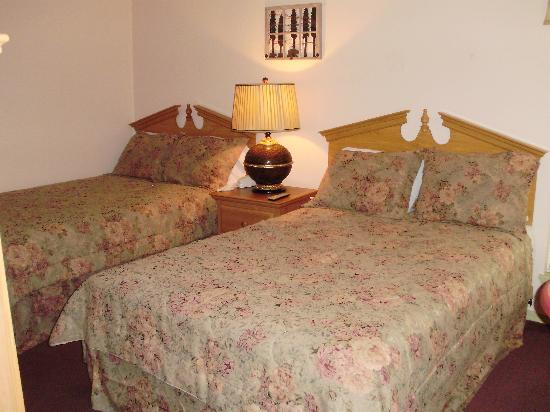 Village Lodge: Double beds in one bedroom
