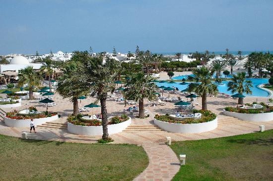 Djerba Plaza Hotel & Spa : Vista parziale della zona piscina