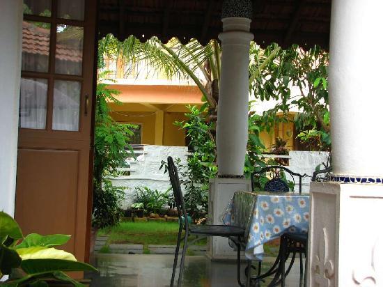 ستين جلاس كوتيدج: a nice porch at the back of the house.