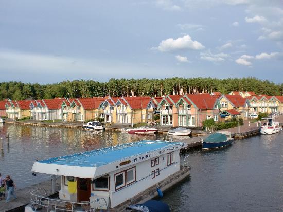 Maritim Hafenhotel Rheinsberg: Blick auf die Hafenhäuser