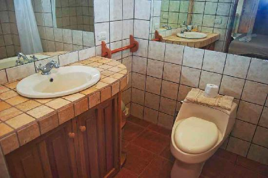 Pacifica Surf Studios: the bathroom2
