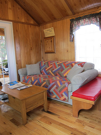 Jo's Motel and Campground: Compfy living & dining room & screened porch