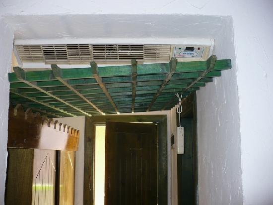 Salah El Deen Hotel : Air conditioning with controller hanging loose