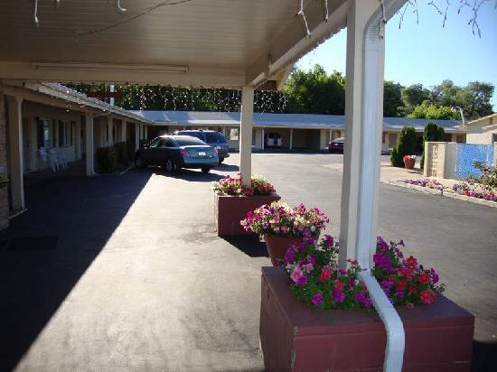 Relax Inn of Yreka: Car port at front office