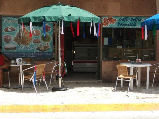 Boulangerie Francaise : vue extérieure de la boulangerie. Avenue 10 entre les rues 6 et 8.