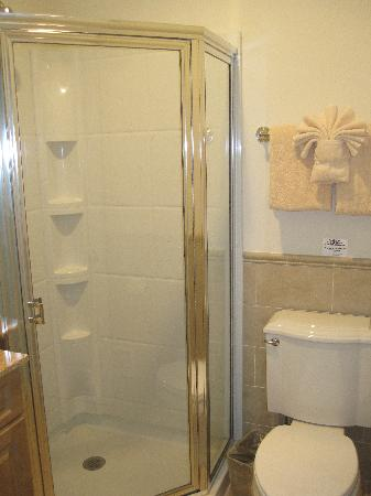 Cliffside Resort Condominiums: Stall shower in second bathroom