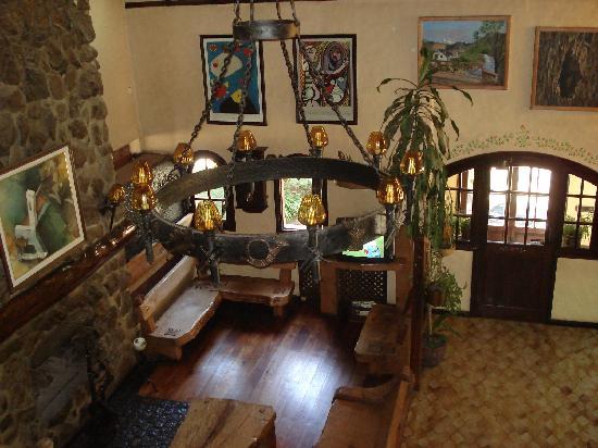 Hosteria La Posta del Cazador: Vista del estar desde un balcón