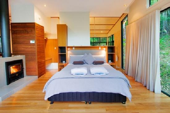 Crystal Creek Rainforest Retreat: Luxury Rainforest Lodge - king size bedroom