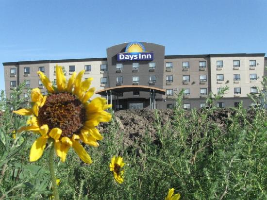 Days Inn - Regina Airport West : There is still dirt in front...