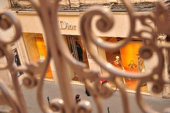 Elysee Hotel : Dior store opposite the hotel, photo taken from my room