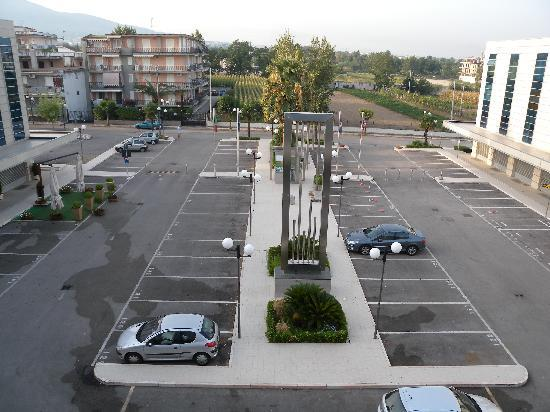 Hotel San Mauro: Le parking extérieur gratuit (avec un morceau du vésuve à gauche)