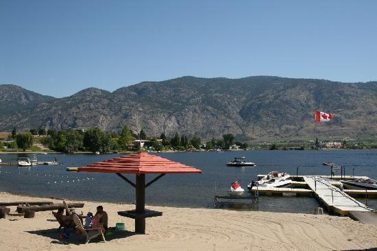 ‪سافاري بيتش ريزورت: The beach at Safari Beach - Osoyoos‬