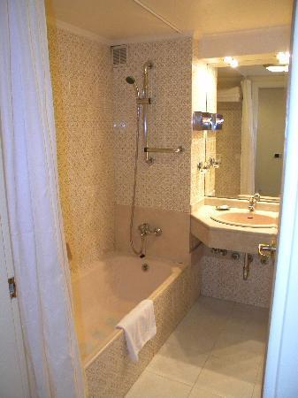 Cavalier Hotel: Cavalier bathroom