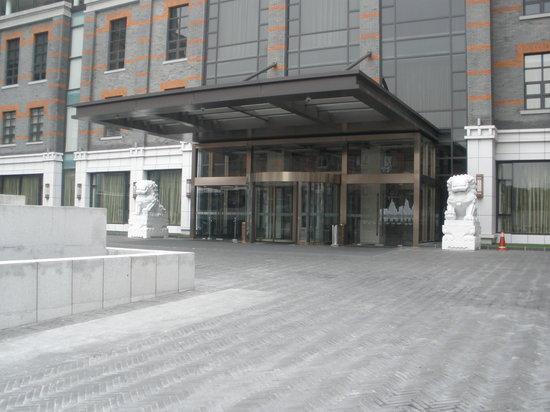 Sunrise Hotel Shanghai: L'entree, gardee par les lions