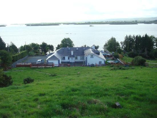 Lakeshore House B&B: Vue de la maison et du lac