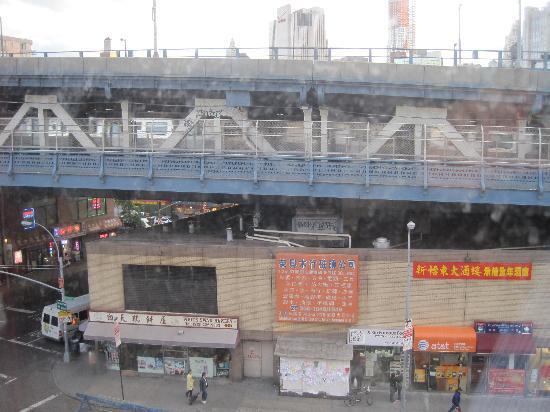 Hotel Mimosa: Blick aus dem Fenster auf die Ubahn