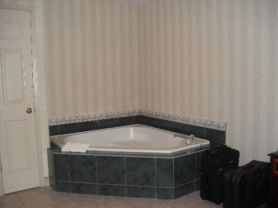 Cavendish Gateway Resort: the jacuzzi tub