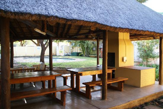 Stoep Cafe : le salon extérieur et la piscine