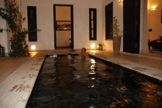 Riad Harmonia : piscina de noche