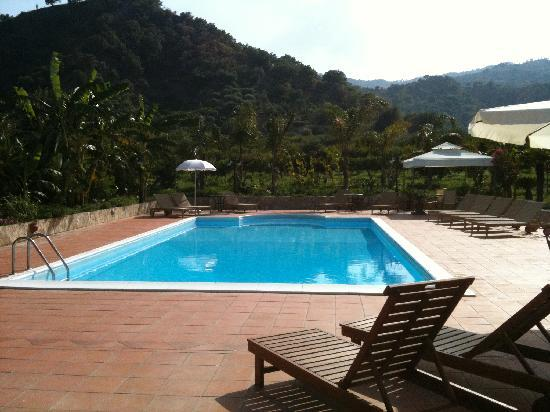 Calatabiano, Italia: Stunning pool area - photo does not do this justice