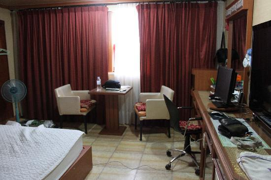 Elysee Motel: View of room's table, desk area - note the onyx floor!