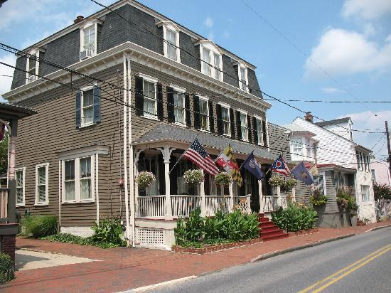 Flag House Inn: View of the B&B from the street