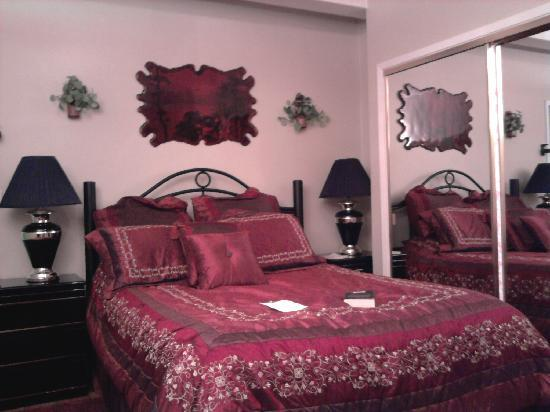 Niagara's Emerald Falls Bed & Breakfast: The Ruby Room