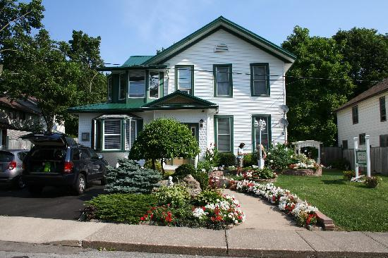 Niagara's Emerald Falls Bed & Breakfast: Outside the B and B
