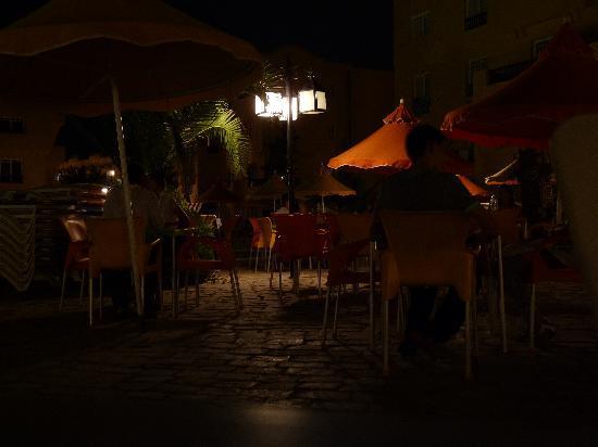 L'Ecrin Sandra Club: le sedie su cui dovevamo accomodarci ogni giorno perchè non c'erano sdraio sufficienti e la gent