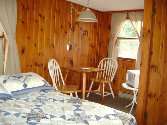 Schulte's Family Lodge: kitchen table, double bed; had 2-burner electric stove, fridge w/ icebox freezer, and microwave
