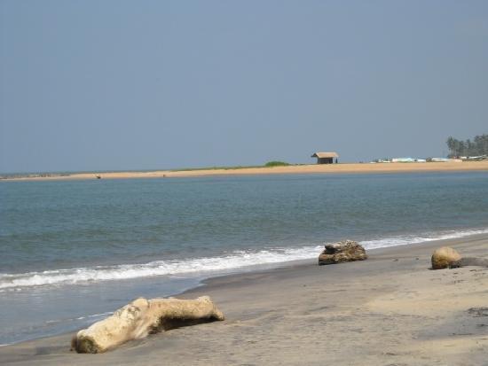 Wattala, Sri Lanka : The beach next to the hotel.