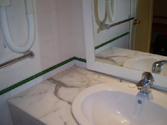 Daphne Bahia Beach: Glace de salle de bain qui ne tient qu'en appui sur le lavabo
