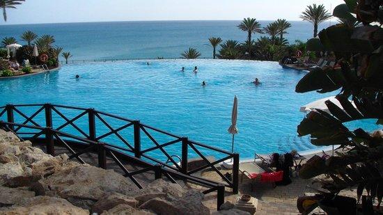 SBH Costa Calma Beach Resort: piscine à débordement