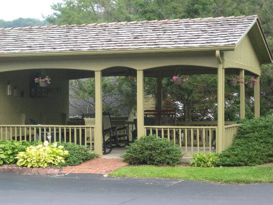 Hillwinds Inn: The Gazebo...a Place to Relax