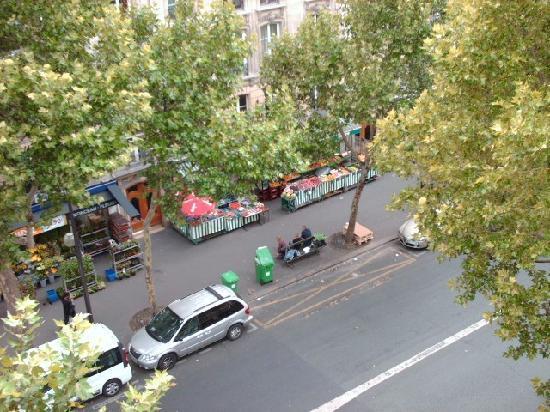 Hotel du Prince Eugene: fruit market across street