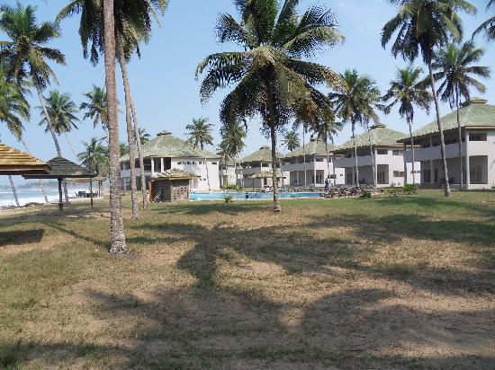 Elmina Bay Resort: The resort viewed  from the beach
