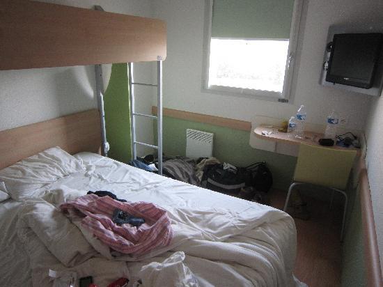 chambre, lit double + chambre en mezzanine - Picture of Ibis Budget ...