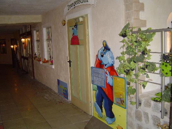 """Waldhotel Bächlein: Die """"Zwergerlschule"""" in der romantischen """"Dorfgasse"""" - hier ist der Kinderclub zu Hause."""