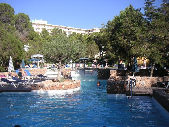 Fiesta Hotel Cala Gracio: Teilbereich des Hotelpools
