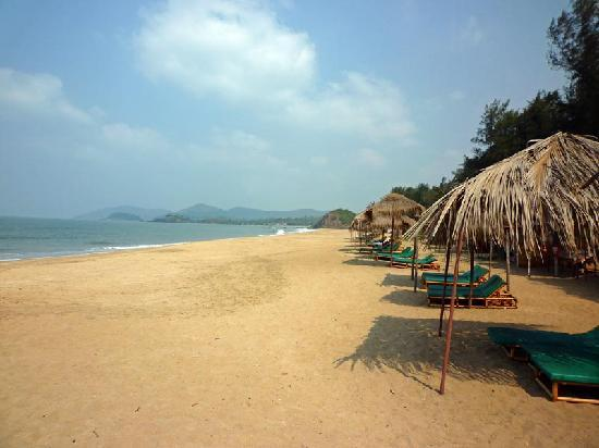 The LaLiT Golf & Spa Resort Goa: Strand am Hotel