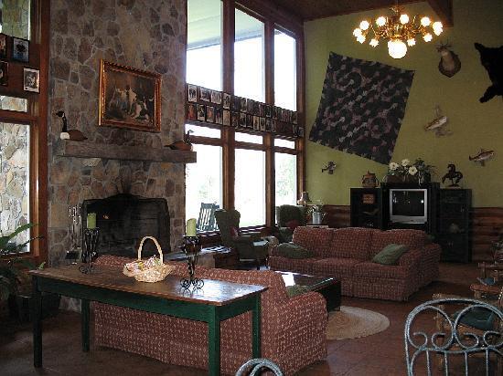 Lake Chatuge Lodge: Lounge area behind entrance lobby.
