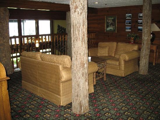 Lake Chatuge Lodge: 2nd floor lounge area overlooking 1st floor lounge.