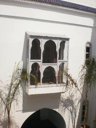 Riad El Kenz : fenêtre donnant sur piscine