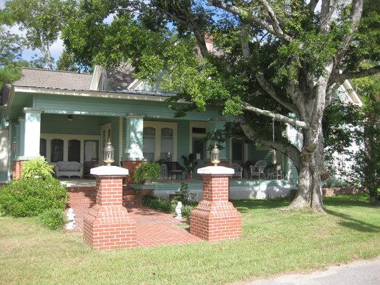 Village Street Bed & Breakfast : Front porch