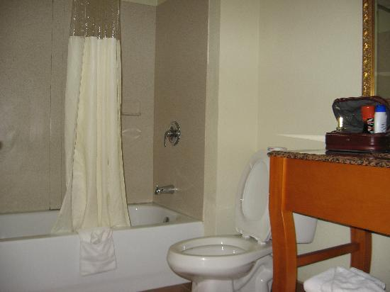 MainStay Suites Knoxville: Clean Bathroom