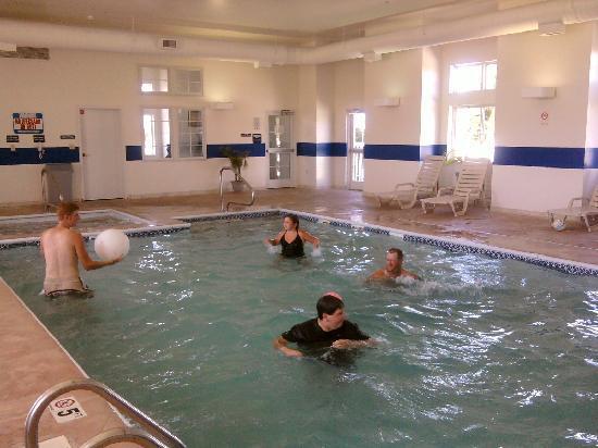 BridgePointe Inn & Suites: Pool area with whirlpool
