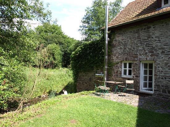 Landhaus Bärenmühle: Terrasse Pippins Kemenate vor dem Bach