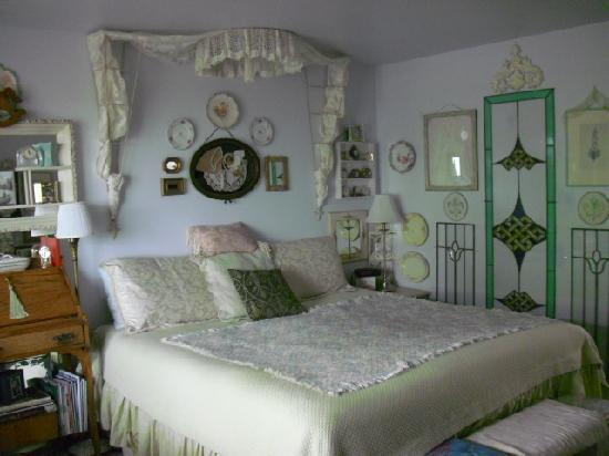 Gull Wing Inn: Beautifully appointed room - so charming.